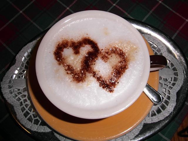 valentin napi reggeli, szíves capuccino