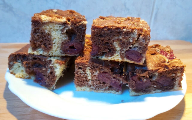 márványos süti meggyel