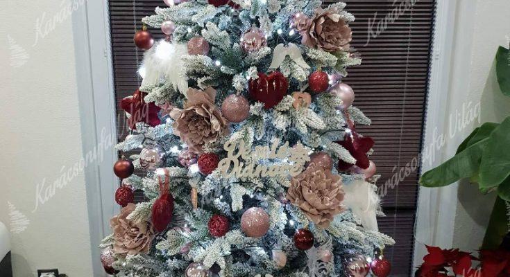 díszített karácsonyfa műfenyő